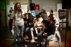 Claire Jul und Band beim Open Border Kongress im Kiron University T-Shirt.